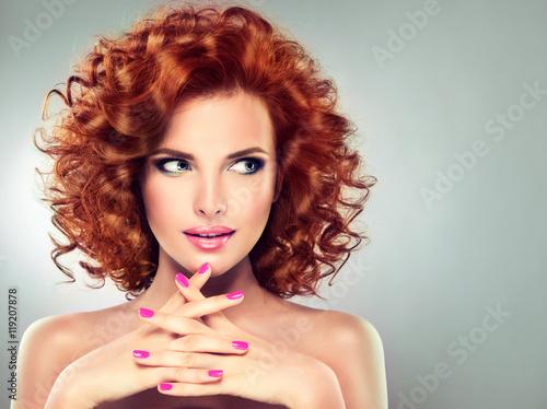 piekna-model-dziewczyna-z-kreconymi-czerwonymi-wlosami-magenta