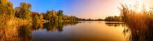 Sonnenuntergang An Einem See, Ein Panorama In Gold Und Blau