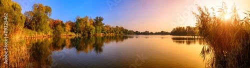 Foto op Plexiglas Panoramafoto s Sonnenuntergang an einem See, ein Panorama in Gold und Blau