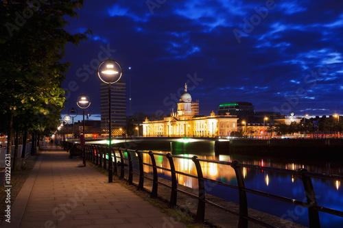 Zdjęcie XXL Przejście wzdłuż rzeki Liffey w Dublinie w nocy