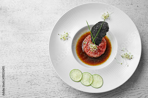 Plat cuisine Delicious red fish with sauce and lime slices on white plate