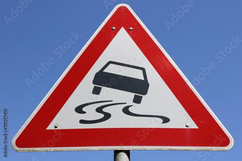 Poster  Deutsches Verkehrszeichen: Schleudergefahr bei Nässe oder Schmutz