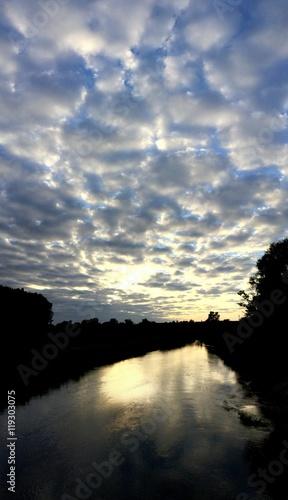 Obłok chmur nad rzeką