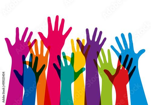 Concept de l'adhésion avec un groupe de mains levées de couleurs différentes, pour symboliser à la fois, l'unité et la diversité Wallpaper Mural