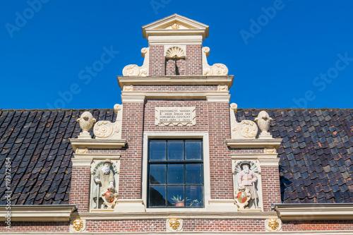 Top gable with memorial stone and sculptures of huis van achten in