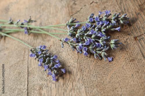 Foto op Plexiglas Lavendel bouquet de lavande sur fond en vieux bois