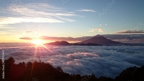 Fotografie, Obraz  雲海に囲まれた富士山と御来光