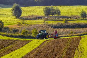 Panel Szklany Wiejski Traktor rolniczy podczas prac polowych na polu
