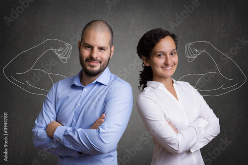 Fotografía  Teamwork - Geschäftsleute vor Tafel mit Muskeln aus Kreide