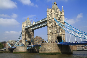 Fototapeta na wymiar Tower Bridge over the River Thames in London
