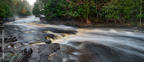 sturgeon-river-rzeka-w-michigan-w-mglisty-dzien
