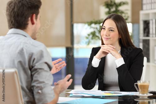 Foto  Geschäftsfrau, die an einem Kunden im Büro teilnimmt