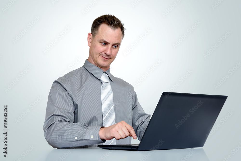 Buromann Im Hemd Und In Der Bindung Mit Laptop Auf Hintergrund Foto