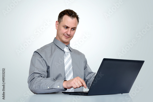 Fotografía  Office man in shirt and tie with laptop on background