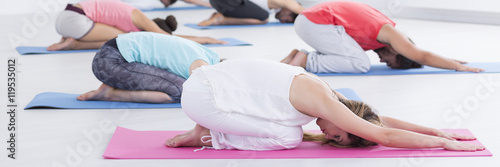 Staande foto School de yoga Cool down and stretch