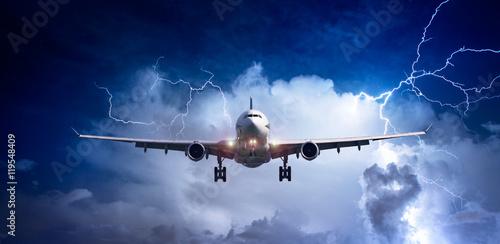 Pasażerski samolot lata nad morzem na burzowym niebie z ciemnymi chmurami i błyskawicami.
