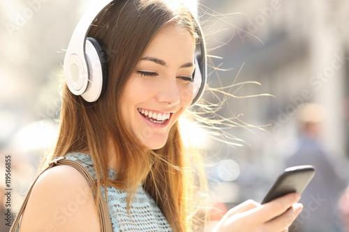 Photo  Happy girl listening music with headphones