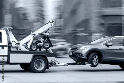 Photo  tow truck delivers the damaged vehicle
