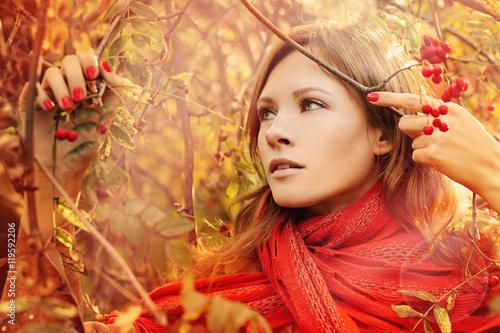 Plakat Idealna kobieta z liści jesienią na zewnątrz