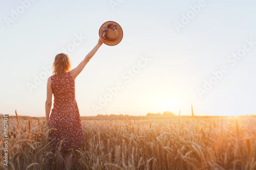 Fotografía  goodbye or parting background, farewell, woman waving hand in the field