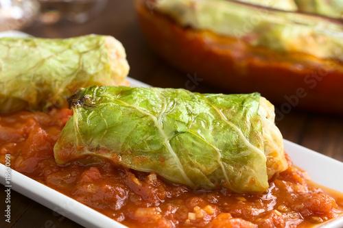Fotografie, Obraz  Vegetarische Kohlroulade gefüllt mit Reis, Paprika, Zwiebel und Karotte, servier