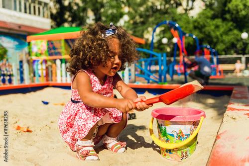 Photo  Little cute girl playing in sandbox