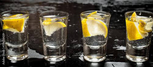 szklanki-z-wodka-i-cytryna-male-shoty-do-picia