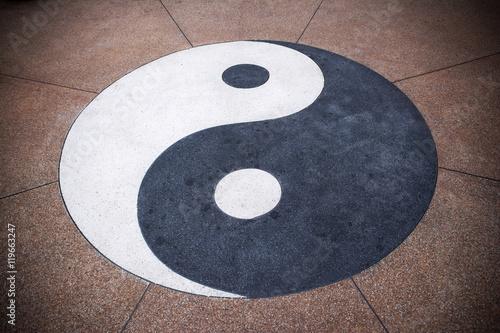 Plakat Yin Yang symbol na betonowym tle Yin Yang tekstury backgrou