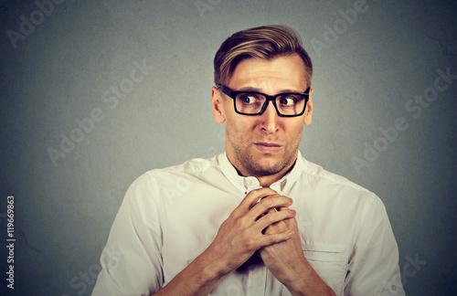 Plakat Nerwowy zestresowany mężczyzna czuje się niezręcznie, niecierpliwie pragnąc czegoś