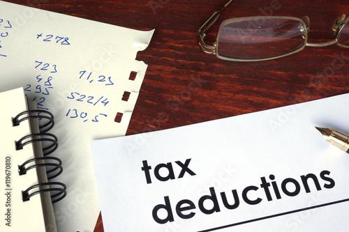 Fotografía  Tax deductions written on a paper. Financial concept.