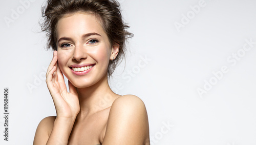 Fotografía  Young woman with perfect skin clean and white teeth