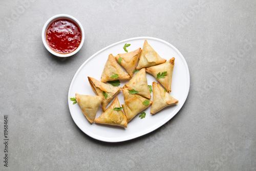 Obraz Talerz wegetariańskich samosas na szarym tle - fototapety do salonu