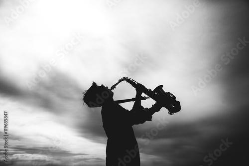 Zdjęcie XXL Sylwetka młoda kobieta bawić się saksofon