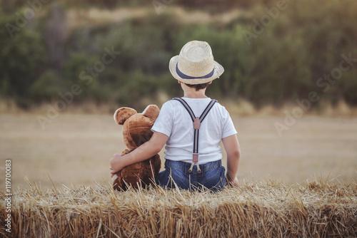 Fotografie, Obraz  niño abrazado a su oso de peluche