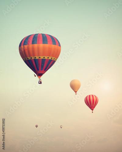 vintage-balonem-latanie-na-niebie-z-mgla