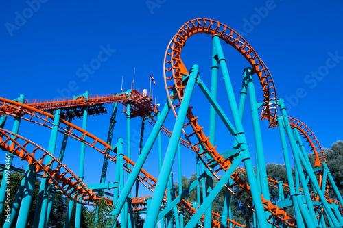 Zdjęcie XXL Pomarańczowa kolejka górska z niebieskim niebem w tle