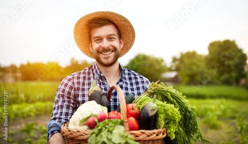 Cuadros en Lienzo Cheerful farmer with organic vegetables