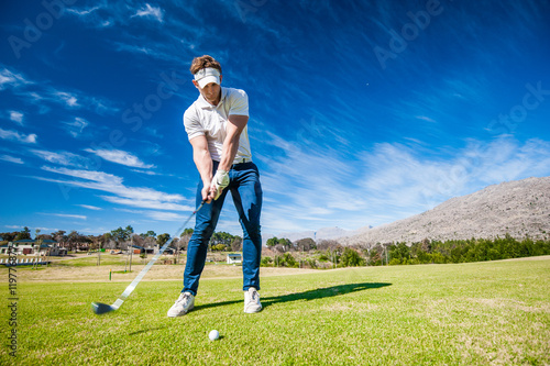 golfer playing a shot on the fairway Fototapete