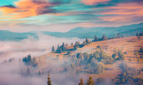 Słoneczny letni poranek w mglistej górskiej wiosce - 119825219