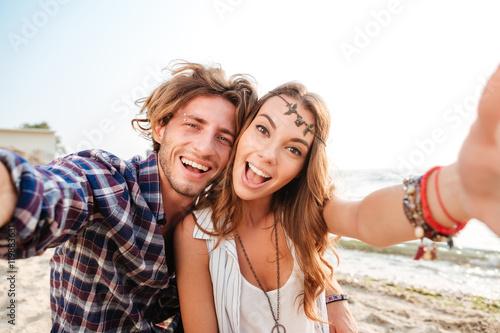 Zdjęcie XXL Para bierze selfie i śmia się na plaży