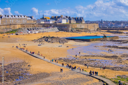 Fotografia Promenade sur la plage de Saint-Malo à marée basse, lors des grandes marées