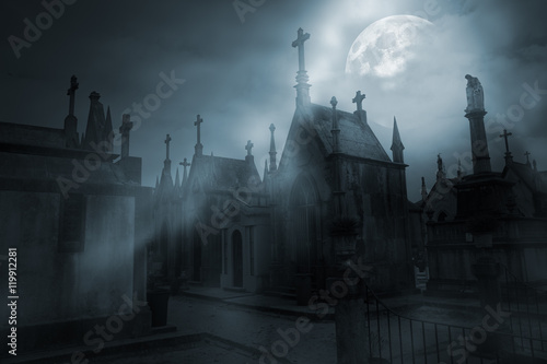 Montage in der Fensternische Friedhof Cemetery in a foggy full moon night