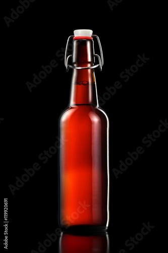 hustawka-wierzcholek-butelka-lekki-piwo-odizolowywajacy-na-czarnym-b