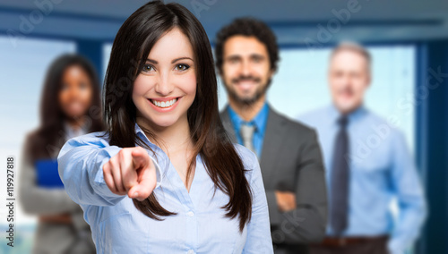 Photo  Smiling woman pointing her finger to you