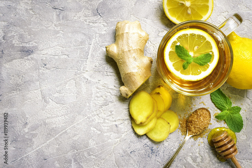 Photo sur Toile The Warming ginger tea with lemon and mint.Top view.
