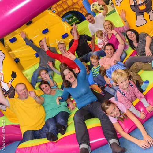 Plakat Rodzice i dzieci mają dużo zabawy w parku rozrywki