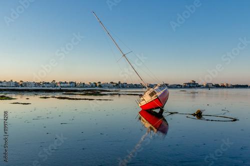 Obraz na płótnie Voilier échoué à marée basse - La Baule