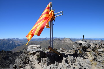 Croix du Pic Carlit paré du drapeau catalan, alt 2921 m