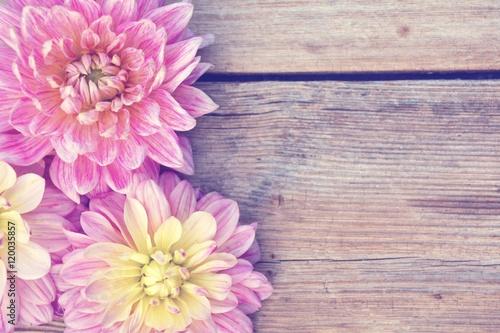 Grußkarte - Dahlien - Holztextur mit Blüten - Spätsommer, Herbst