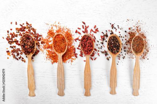 Foto auf Gartenposter Gewürze 2 Spices in spoons on a wooden background